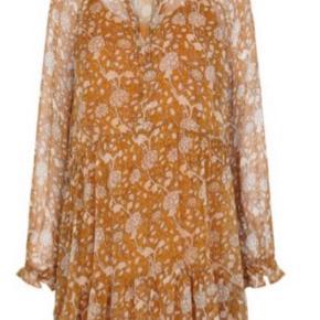 Super flot kjole fra Second Female, kan bruges til alle sæsoner med enten bukser eller strik under eller bare ben. Smukke rust/orange/gule farver.