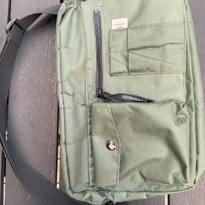 Sælger min Mads Nørgaard taske, da jeg ikke får den brugt. Den er ikke brugt særlig meget, og fremstår stort set som ny. Der er dog en autograf på bagsiden, men den lægger man ikke rigtig mærke til - og ellers er jeg sikker på, at den kan vaskes af.  Byd endelig