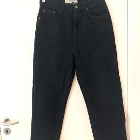 Sorte jeans fra MOTO Topshop.  Det er en lidt højtaljet/normal straight model der stumper.   Super behagelige at have på. De er stadig meget sorte, der er kun brugs striberne på lårene - men kan ikke huske om de er kommet og om de er købt sådan 😅 tænker dog næsten de var sådan fra ny, for så meget er de ikke brugt 😊   Nypris var omkring de 400kr Str. 28/32