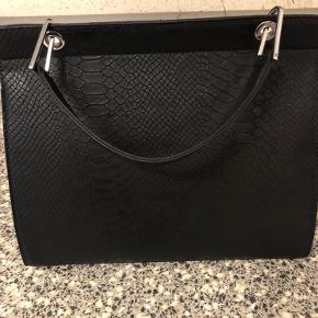 Sort taske i PU læder 28 x 33 cm Aldrig brugt