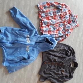 Bluser str 104. Skjorten og cardigan er brugt til pæn så nsn. Hættetrøje er brugt men fejler intet. Mp 20kr Hentes i sædding eller Esbjerg centrum. Kan også sendes