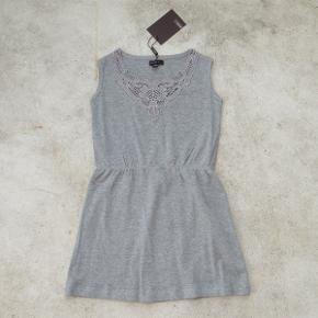 Varetype: Kjole Str.: 110 Farve: Grå  Sød kjole fra Norlie, som aldrig har været brugt - mærket sidder stadig i.  Bud fra 100 kr. pp.  Jeg bytter ikke, men handler gerne via Mobilepay :-)