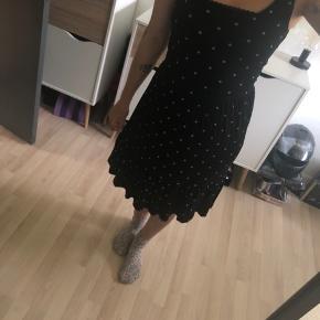 Fin sommer kjole med elastik i livet. Aldrig brugt.   Tjek endelig mine andre annoncer! 👗👠💸💳  📍 Kan afhentes i Karup.  📦 Sender på købers regning. 📸 Der kan sendes flere billeder.  📲 Tager imod mobilepay. ❌ Ingen bytte eller retur.