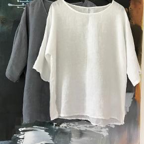 Lækker blød bluse i 100 % ren hør . Aldrig brugt eller vasket . Den har intet mærke,  er købt i en kunsthåndværk butik i Flensborg . Prisen var 999 kr . Str hedder XL men passer også XXL . Måler 62 cm x 2 fra ærmegab til ærmegab og er 68 cm lang . Bytter ikke