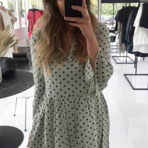Helt ny kjole, stadig med prismærke. Købt for 450, og sælges til samme, eller deromkring:)