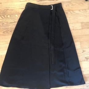 Super fin nederdel fra H&M i et slags satin stof. Kun brugt et par gange. Byd:)