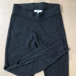 Lækreste IRO bukser  Sælges da jeg desværre ikke har fået dem brugt ..  Str S, passes også af M da de er med elastik hele vejen igennem Nyprisen var omkring 1700-2000 kroner, huskes desværre ikke. Købt i Magasin. Obs - Køber betaler fragt