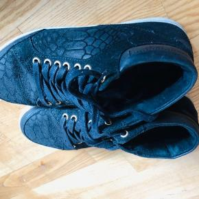Amust sneakers