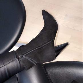 Der ses lidt slid under sålen, da dette er en ægte lædersål. Ellers fremstår støvlen med minimale brugsspor.   Sender gerne flere billeder.