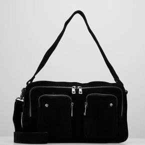 Nunoo taske i modellen - Alimakka new suede - Black Materiale: Ruskind Mål: L: 34 cm x H: 19 cm x D: 10 cm  Brugt en dag, men har ingen brugstegn