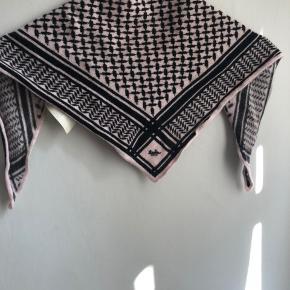 Sælger dette super fede mini lala Berlin tørklæde  i str xs. Da jeg kun har brugt det højest 4 gange dvs. At der ingen tegn på slid er.💗🌸 Np 1150kr Mp 800