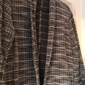 Brugt et par gange, fin lang cardigan i lidt bouclé agtigt look, let og i blødt materiale.