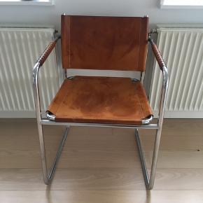 4 STOLE HAVES. Sælges parvis eller samlet:  2 stole: 5000,- 4 stole: 9000,-  De er designet af Karin Mobring for IKEA i 1970'erne, og modellen hedder Amiral.   Jeg har købt dem på Lauritz.com, men knap nok brugt dem. Må desværre sælge, da jeg er flyttet til et lille københavnerværelse og ikke har plads :(   Alle stolene er i samme farve og smukke patinerede stand som den på billedet. Der er ingen fejl eller mangler.   Skal hentes i Roskilde.