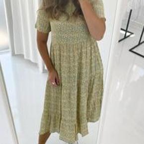 Sælger denne vildt fine lange kjole fra PIECES🌸✨