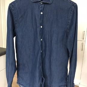 Tommy Hilfiger facon syet skjorte Str. Small Har været brugt max. 5 gange, og fremstår derfor næsten som ny.
