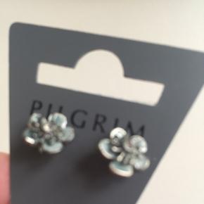 Sølvfarvede øreringe med lidt gråblå emalje! Farven ses bedst på foto 3. Sender gerne ... Mængderabat efter aftale ⭐️