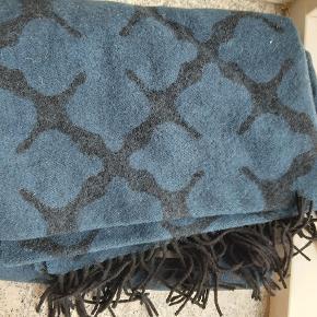 Super flot uld tørklæde med logo i blå. Aldrig brugt, fejlkøb. 200x60 cm  Pris: 500kr. Eksl porto