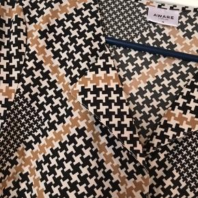 Fin skjorte - ikke brugt meget  Køber betaler Porto    Aware by Vero Moda