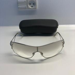 Chanel solbriller fra start 00'erne. Der er to små ridser i glasset (har forsøgt at tage et billede). Boksen har fået et hak (se billede).