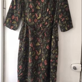 Super smuk vintage / retro kjole i silke, formentligt fra 50'erne. I kjolen står der str 42, men den passer bedre en 38-40. Standen er rigtig god. Mål: længde: 95 cm, bryst: 2*44 cm, talje: 2*38 cm, hofte: 2*47 cm. Læs mindre