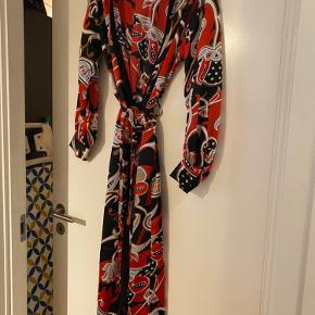 Prisen er fast og ekskl. fragt.🌷 Queens kimono i str. L. Aldrig brugt.