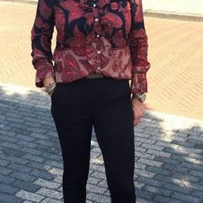 Skøn printet bluse fra Gustav. Blusen har bådudskæring, lange ærmer og et fint blomster print på fronten, mens ryggen er ensfarvet rosa.  *Pasform: Pasformen er løs og let.