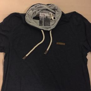 T-Shirt med hals  Str XL  Aldrig brugt  Se mange flere annoncer på min profil