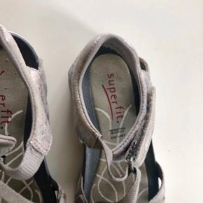 Ikke gået skæve. Super gode sandaler brugt begrænset.