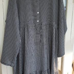 Så fin kjole fra lacony. Bm ca 71x2 . Sort hvid grå små ternet.