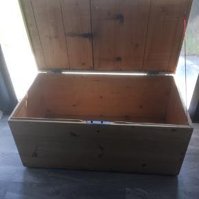Kisten måler 87x45x45 Den har et rum i låget