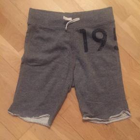Varetype: Shorts Størrelse: 10-11 år Farve: Grå