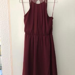 Fin kjole i perfekt stand Åben ryg og slids til vestre ben
