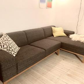 Flot og enkelt design af chaiselong sofa med god plads. Man kan være nemt være to i denne sofa og ligge virkelig komfortabelt. Den er 315 cm lang.   Fra Sofakompagniet. I fin stand. Ca. 4 år gammel. Stoffet er gråt.   Sælges på grund af plads mangel.