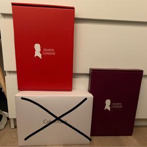 Sælger mine kasser. 1. Rød kasse fra Shawn London, bluse str. æske  2. Lilla kasse fra Shawn London, bluse str. æske     Køb noget fra min shop og få én af æskerne med til halvpris♻️