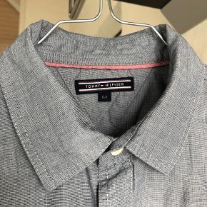 Skjorte fra Tommy Hilfiger. Str. 164. Fejler intet og kommer fra røgfrit hjem uden husdyr.