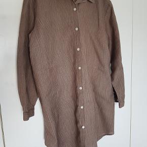 Superlækker, lang skjorte/tunika/kjole i 50% hør, 50% bomuld. Brugt en enkelt gang. Gudruns str. XL svarer til 48/50, men den er rummelig. Bryst ca. 2 x 65 cm, længde fra nakken og ned ca. 102 cm, lidt kortere foran.