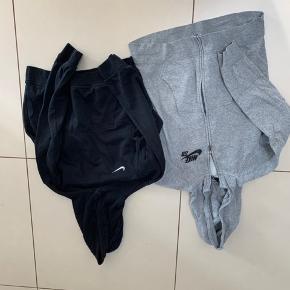 Den sort er lid falmet i farven og den grå har et lille hul ved lommen. Derfor prisen. Str 12-13