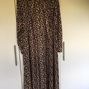 Flot tynd gennemknappet Envii kjole.