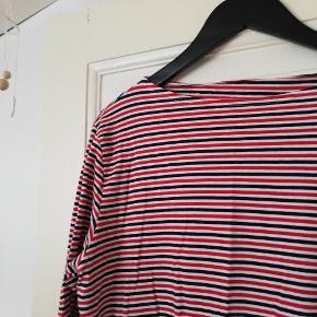 Vildt fin stribet langærmet bluse med rød hvid og blå og bådudskæring. Det er en herremodel str S, men passer også en kvinde str. M/L