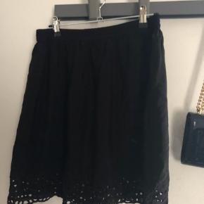 Super fin sort nederdel med elastik i taljen. Er som ny.