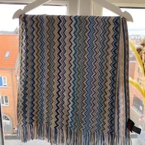 As new. Beautiful scarf with the perfect colours! Can be used both in the winter and summer.