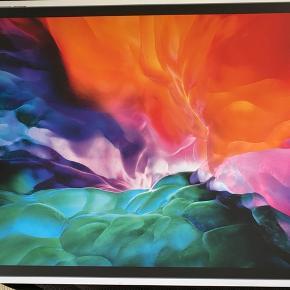 iPad pro 12.9 med cover... ca 2 mdr gammel... fejlkøb, vil hellere have en iMac  Den er købt ved Humac i odense... stadig garanti på... Det er ingen brugsspor, da den kun har været brugt til at høre radio på... Alt medfølger... Seriøse bud modtages gerne... Useriøse bud besvares ikke  Den sendes ikke... den kan evt leveres indenfor rimelighedens grænser, kommer dog lidt rundt i landet...