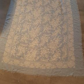 Flot lyseblå tørklæde fra Black Colour, 100 % polyester. Aldrig brugt.