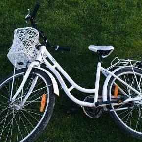 """Pigecykel købt hos Thansen (Haderslev) , i 2016 skulle jeg mene. For det meste brugt til og fra skole.  Antal gear: 3  Mærke: X-ZITE 26""""  Vægt: 17,0 kg.  Nypris: 1.799,00 kr.  BYD"""