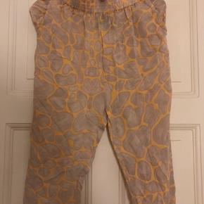 Smukke silke bukser fra Stine Goya med høj flæsetalje. Store/lange i størrelsen, så passer bedst en small/medium