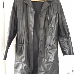 Så fed skindfrakke i lækkert læder. Farven er helt sort. Billedet snyder. Der mangler 2 knapper nederst på det ene ærme, men ikke noget, man lægger mærke til. Nypris 2800,-. #30dayssellout