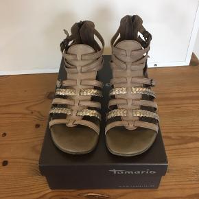 Mærke: Tamaris Størrelse: 37 Farve: lys grå beige Materiale: læder Sandalen: en flad sandal med lynlås bagpå. Hælen er slidt lidt bagpå, men ellers i pæn stand  Sælges kr 145 #Secondchancesummer Bytter ikke Sætter pris på tilfredse købere