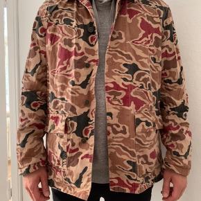 Suprême utility jacket i camo, størrelse L. Købt i USA for et par år siden. Kan også bruges lukket som skjorte. Aldrig brugt!