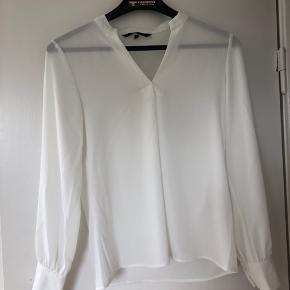 Løs hvid skjorte fra Vero Moda. Skjorten er brugt 1 gang.