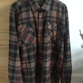 Skjorte fra Pinewood. Brugt ganske få gange og vasket én gang. Fejler intet.